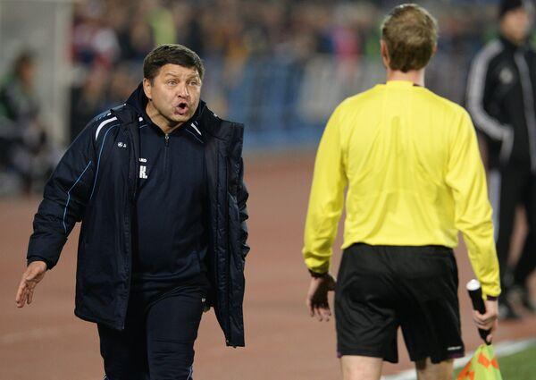 Исполняющий обязанности главного тренера ФК Сибирь Сергей Кирсанов (слева)