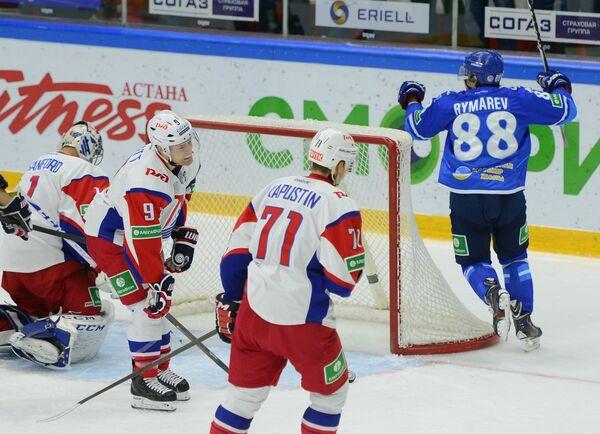 Нападающий Барыса Евгений Рымарев (крайний справа) радуется заброшенной шайбе в ворота Локомотива