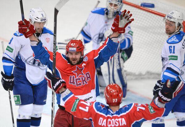 Игроки ПХК ЦСКА Александр Радулов и Стефан Да Коста (слева направо в центре)