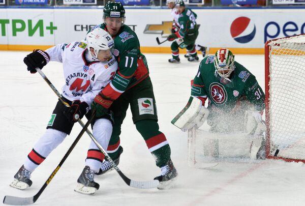 Игрок ХК Металлург Ансель Галимов и игроки ХК Ак Барс Евгений Бодров и Андерс Нильссон (слева направо)