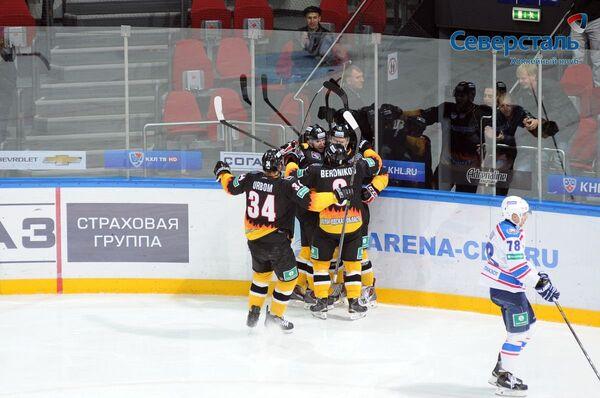 Хоккеисты Северстали радуются заброшенной шайбе в ворота Лады