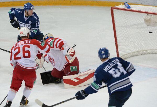 Форвард Динамо Денис Мосалев забрасывает шайбу в ворота голкипера Витязя Харри Сятери (справа налево)