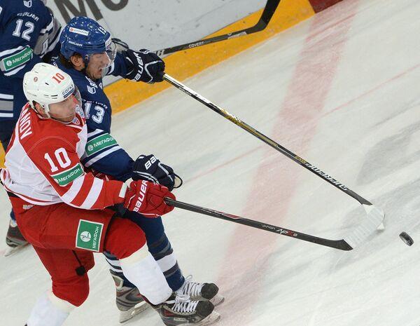 Нападающий Динамо Николай Жердев и нападающий Витязя Дмитрий Цыганов (справа налево)