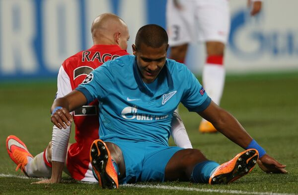 Защитник Монако Андреа Раджи (слева) и нападающий Зенита Хосе Саломон Рондон