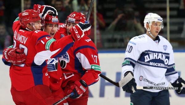 Хоккеисты Локомотива радуются заброшенной шайбе