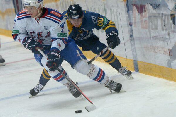 Защитник ХК СКА Юрий Александров и форвард ХК Атлант Игорь Левицкий (слева направо)