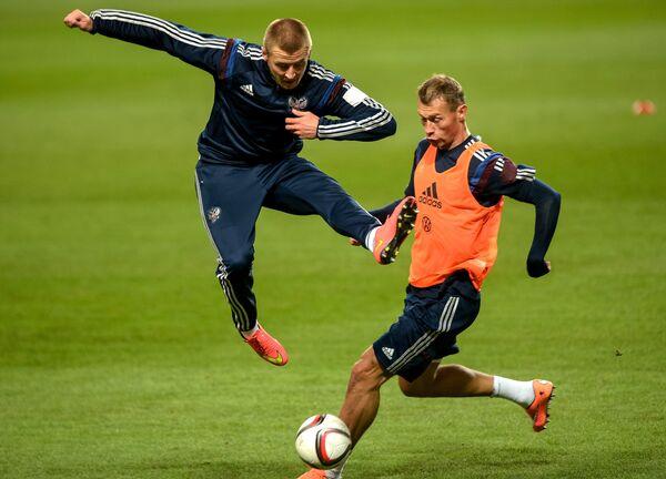Футболисты сборной России Максим Григорьев и Алексей Березуцкий (слева направо) на тренировке