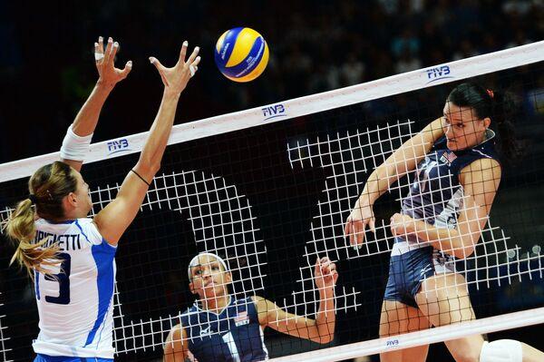 Связующая сборной сборной Италии Ноэми Синьориле, волейболистки борной США Алиша Гласс и Тетори Диксон (слева направо)
