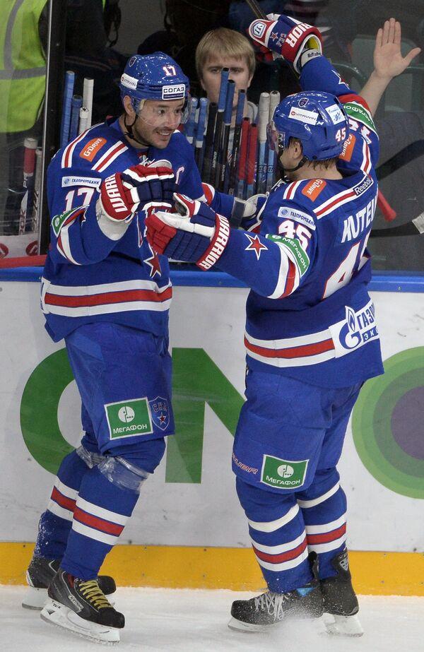 Хоккеисты СКА Илья Ковальчук (слева) и Андрей Кутейкин