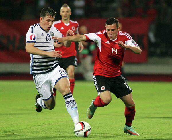 Защитник сборной Албании Таулант Джака (справа) и полузащитник сборной Дании Пьер-Эмиль Хейбьерг