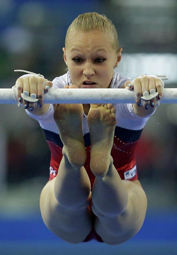 Российская гимнастка Дарья Спиридонова во время упражнений на брусьях