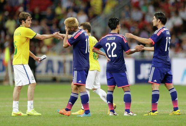 Защитник ЦСКА и сборной Бразилии Марио Фернандес жмет руку полузащитнику Милана и сборной Японии Хонде