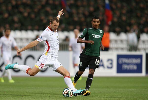 Защитник Арсенала Евгений Осипов (слева)