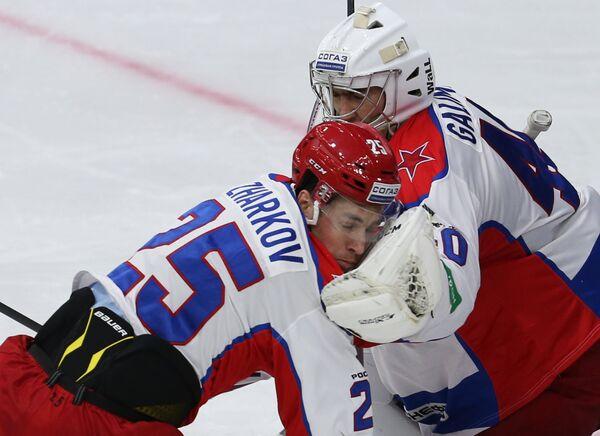 Нападающий ЦСКА Владимир Жарков (слева) и вратарь ЦСКА Станислав Галимов