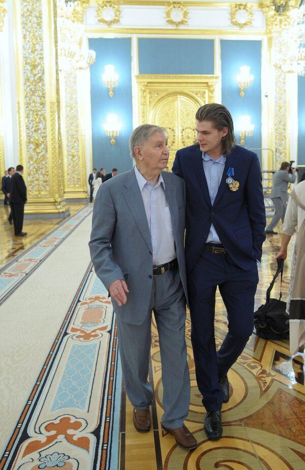 Игрок национальной сборной России по хоккею Виктор Тихонов (справа) и его дед, советский хоккеист и заслуженный тренер СССР Виктор Тихонов
