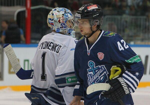 Форвард Адмирала Александр Кузнецов (справа) и вратарь Динамо Александр Еременко