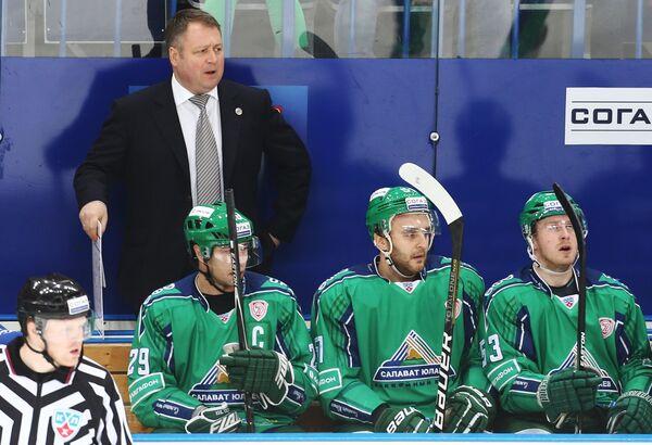 Главный тренер Салавата Юлаева Владимир Юрзинов (на втором плане)