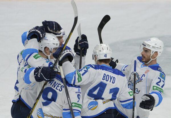 Хоккеисты Барыса радуются заброшенной шайбе