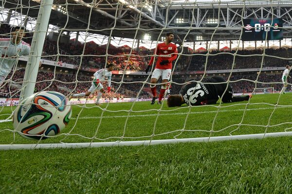 Вратарь Спартака Артем Ребров (второй справа) пропускает гол в матче с Локомотивом