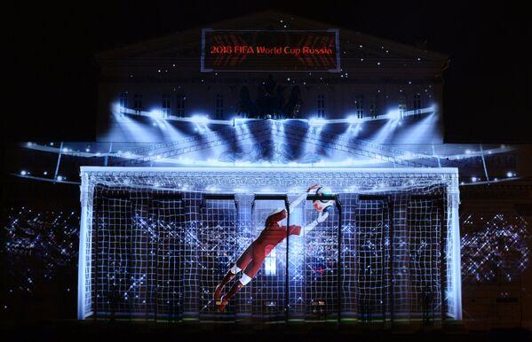 Презентация официального логотипа чемпионата мира 2018 по футболу на фасаде Государственного академического Большого театра в МосквеМ-2018 по футболу