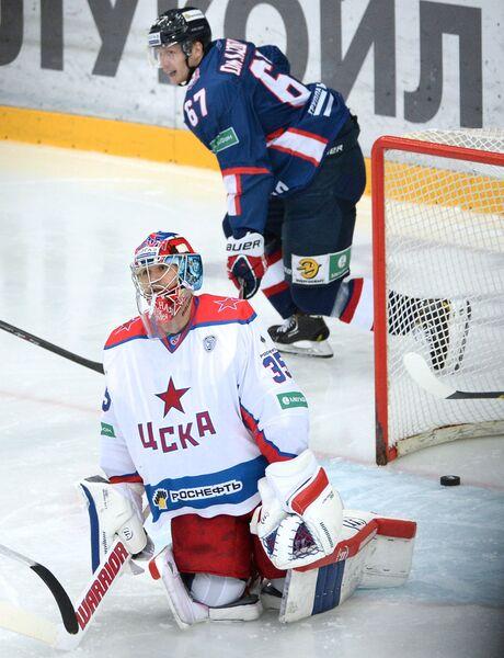 Вратарь ПХК ЦСКА Кевин Лаланд (справа) после пропущенной шайбы от хоккеистов Торпедо