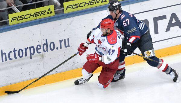 Нападающий ПХК ЦСКА Александр Радулов (слева) и защитник ХК Торпедо Сергей Бернацкий