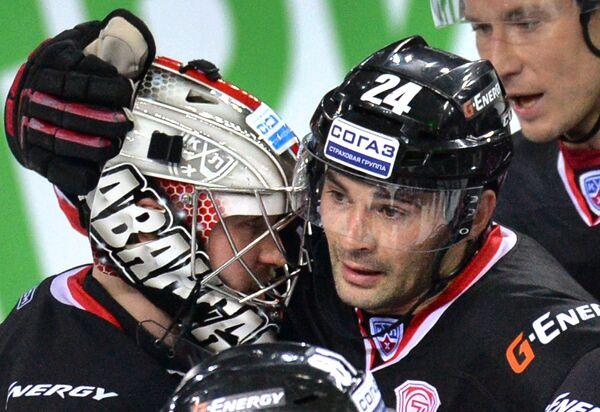 Форвард ХК Авангард Александр Попов (справа) поздравляет вратаря команды Константина Барулина