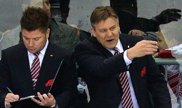 Главный тенер ХК Авангард Раймо Сумманен (справа) и тренер вратарей Парккила Юсси