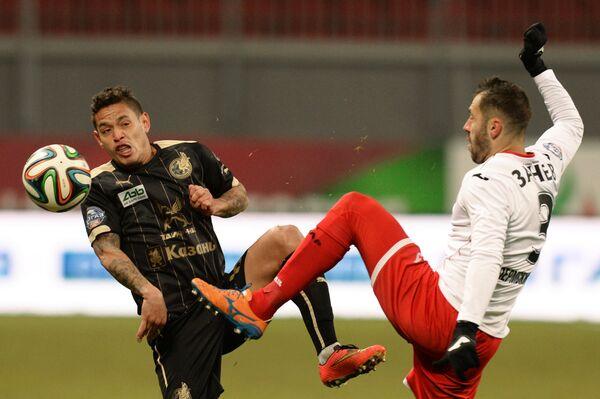 Игрок ФК Рубин Карлос Эдуардо (слева) и игрок ФК Амкар Петар Занев.