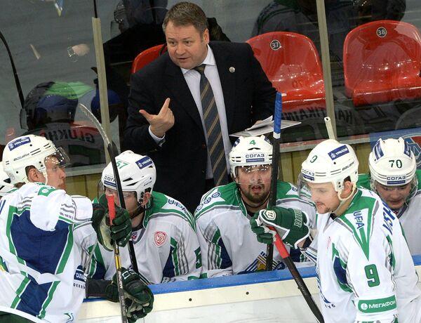 Главный тренер ХК Салават Юлаев Владимир Юрзинов (в центре)