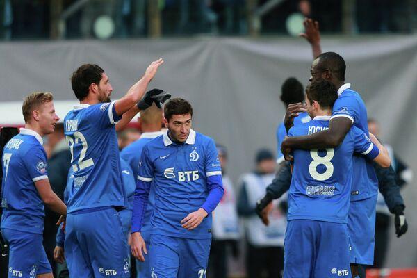 Футболисты московского Динамо радуются победе