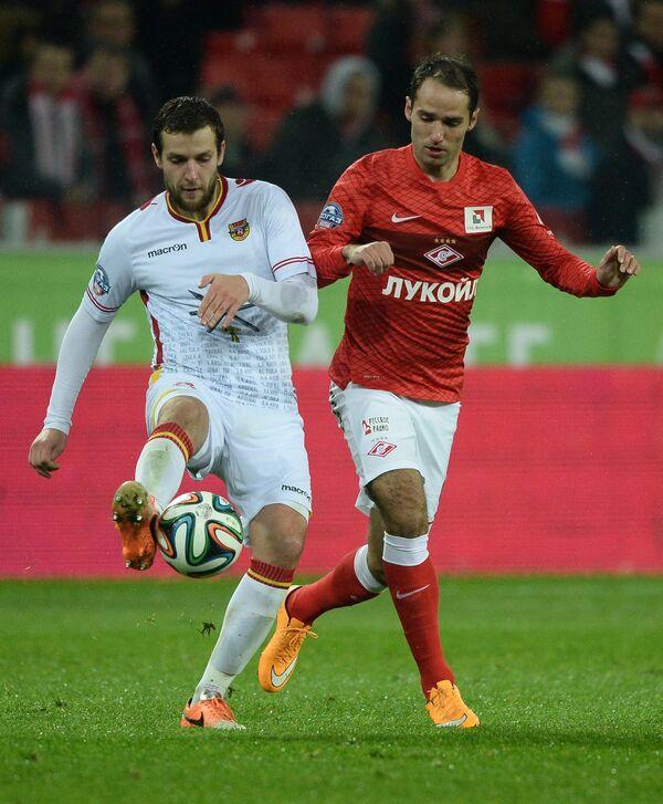 Защитник Арсенала Сергей Сухарев (слева) и полузащитник Спартака Роман Широков