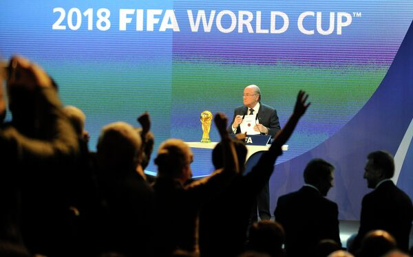 Члены российской делегации радуются после объявления президентом Международной федерации футбольных ассоциаций (ФИФА) Йозефом Блаттером (в центре) России страной, получившей право проведения чемпионата мира по футболу в 2018 году