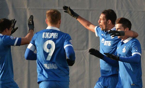 Футболисты московского Динамо поздравляют нападающего клуба Кевина Кураньи (второй справа) с забитым голом