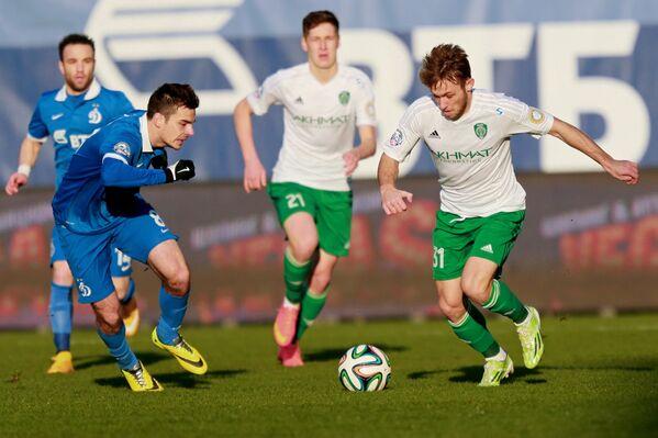 Полузащитник московского Динамо Артур Юсупов (слева) и полузащитник Терека Мацей Рыбус (справа)