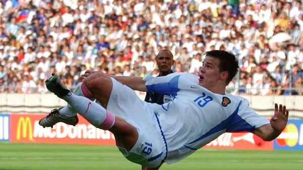 Нападающий сборной России Руслан Пименов во время матча чемпионата мира по футболу-2002 против команды Туниса. Архивное фото