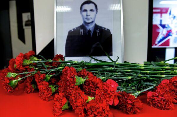 Цветы у портрета советского хоккеиста и заслуженного тренера СССР Виктора Тихонова