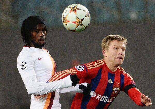 Форвард Ромы Жервиньо (слева) и полузащитник ЦСКА Александр Цауня.