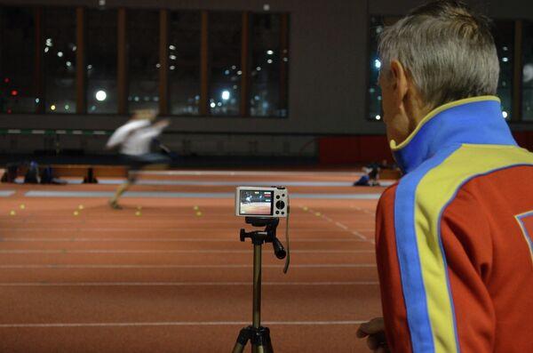 Бронзовый призер чемпионата Европы в тройном прыжке Алексей Федоров и его тренер Леонид Федоров