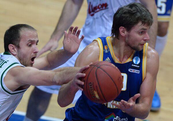Игрок БК Юнион Олимпия Марко Маринович (слева) и игрок БК Химки Егор Вяльцев