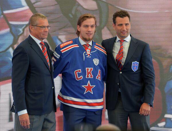 Игорь Макаров (в центре)