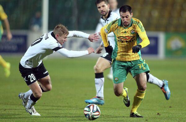 Игрок Торпедо Вадим Стеклов (слева) и игрок Кубани Ивелин Попов