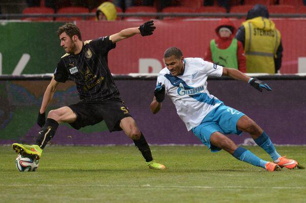 Защитник Рубина Соломон Кверквелия (слева) и нападающий Зенита Хосе Саломон Рондон