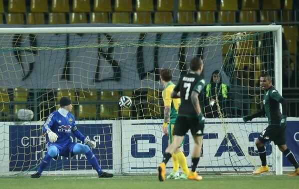 Вратарь Кубани Александр Беленов (слева) пропускает гол