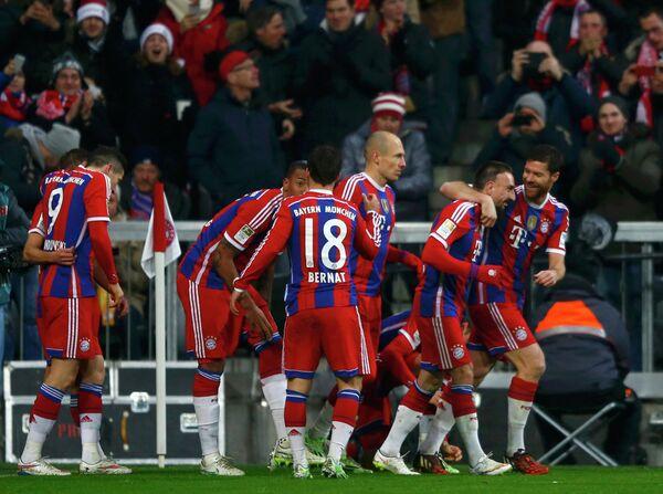 Футболисты Баварии радуются забитому голу