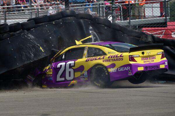 Автомобиль пилота Коула Витта во время этапа серии NASCAR Sprint Cup Series на трассе Уоткинс-Глен Интернэшнл