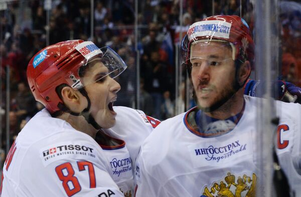 Нападающие сборной России Вадим Шипачев (слева) и Илья Ковальчук радуются заброшенной шайбе