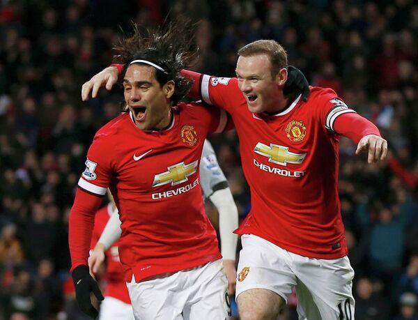 Футболисты Манчестер Юнайтед Радамель Фалькао и Уэйн Руни радуются забитому мячу