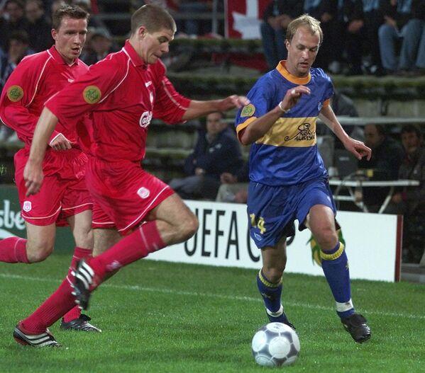 Полузащитник Ливерпуля Стивен Джеррард в финальном матче Кубка УЕФА 2000/2001 против Алавеса