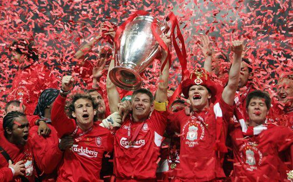 Капитан Ливерпуля Стивен Джеррард поднимает над головой главный трофей Старого Света - Кубок чемпионов